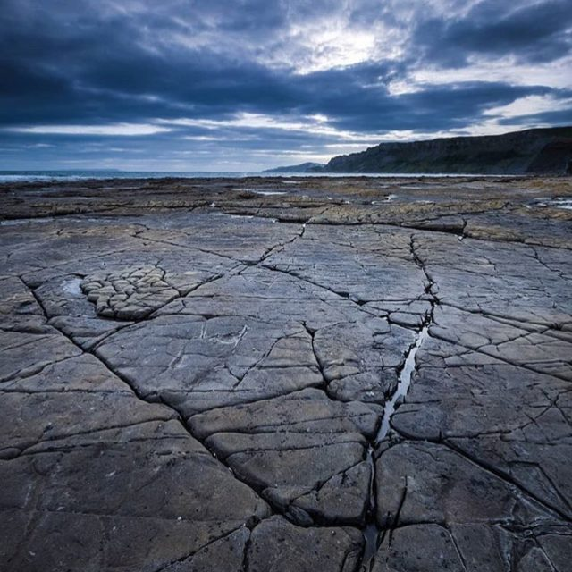 Thanks @iamburnside for tagging us. @jurassicg1rl says these cracks at Kimmeridge are natural breaks in the rock which are exposed to physical weathering by the sea which widens them. Quite often these lines of weakness are bedding planes. Snippets of geology for you! . . . #jurassiccoast #geologyrocks #kimmeridge